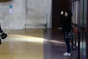 Thaís fotografando a Sagrada Família